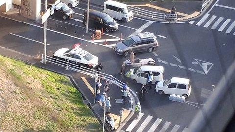 【事故】大阪府和泉市 光明池駅付近の交差点で乗用車3台が絡む事故 車が横転ぺしゃんこ